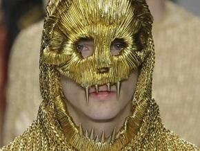 Фотогалерея: 25 лет британской моды. Скелет на подиуме