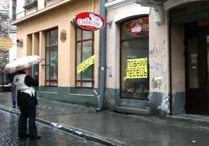 Во Львове предприниматели вывесили на магазинах надпись Полный песец. В городах Украины прошли акции протеста