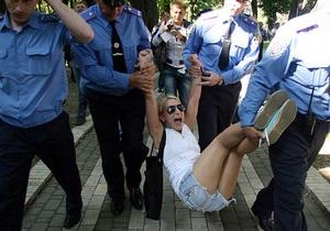 Милиция задержала обнажившихся возле Рады активисток FEMEN
