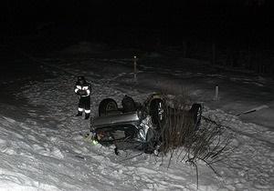 На Столичном шоссе в Киеве Аudi А6 повредила участок дороги и слетела в кювет