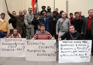 Бандиты гуляют, патриотов хватают: У здания МВД прошла акция с требованием отставки Могилева