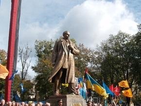 Ъ: Ющенко просят присвоить Бандере звание Героя Украины
