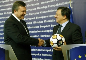 Янукович подарил Баррозу мяч
