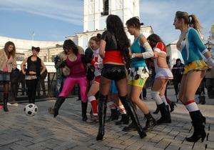 Активистки FEMEN сыграли в футбол с командой  проституток  в центре Киева