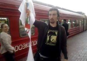 На вокзале в Москве православные активисты сорвали со сторонника Pussy Riot футболку
