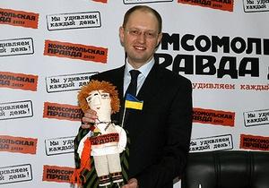 В Днепропетровске Яценюку подарили куклу-портрет и футболку-карту