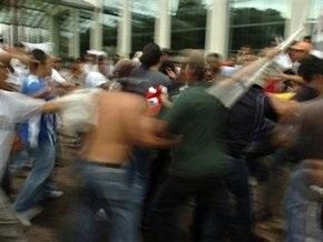 В Гондурасе противники свержения Селайи вышли на баррикады. В стране введен комендантский час