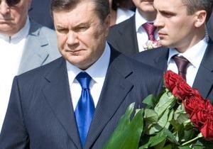 Янукович возложил цветы к памятникам Тарасу Шевченко и Михаилу Грушевскому
