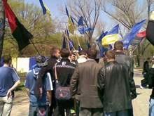 В Луганске активисты Свободы забросали яйцами регионалов