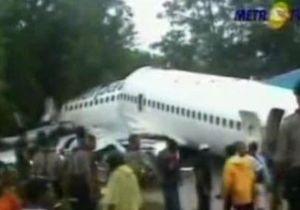 В Индонезии Boeing-737 развалился на несколько частей после неудачной посадки