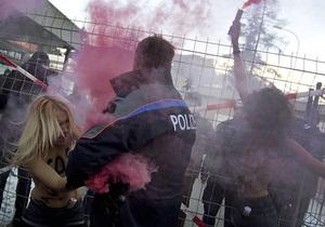 Бедные, потому что женщины: FEMEN обвинили участников форума в Давосе в лицемерии и равнодушии