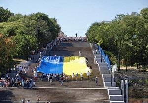 В Одессе над Потемкинской лестницей растянули 19-метровый флаг Украины