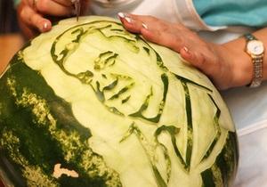 В Донецке портрет Януковича вырезали на арбузе