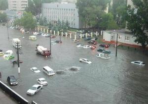 Улицы Одессы затопил ливень, а в Донецке прошел град размером с горох