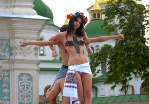 Фотогалерея: Распятие по версии FEMEN. Акция к визиту Кирилла