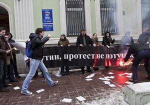 Единая Россия: у входа в общественную приемную в Москве сожгли портрет Путина