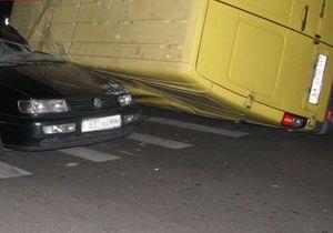 В Киеве произошло ДТП с участием маршрутки и двух автомобилей