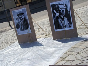 В Полтаве портреты Ленина и Гитлера забросали яйцами