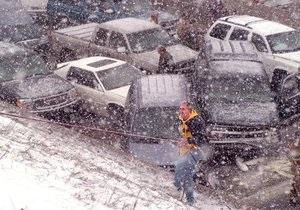 Из-за сильного снегопада в Польше столкнулись около ста автомобилей