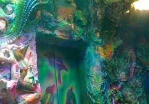 Подъезд жилого дома на Троещине украсили сказочными скульптурами