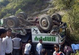 В Индии автобус со студентами упал в реку: 26 погибших