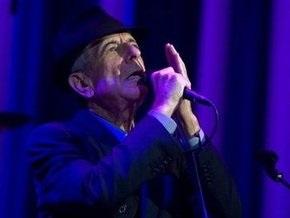 Известный певец Леонард Коэн упал в обморок на сцене