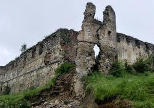 Из-за дождей обрушилась часть средневекового замка на Прикарпатье