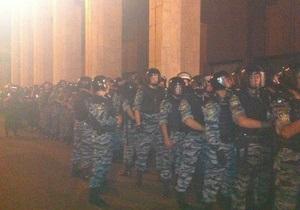 К Украинскому дому стягиваются бойцы Беркута