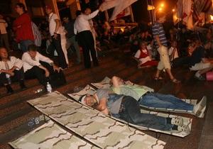 УП: Количество голодающих на митинге под Украинским домом увеличилось.