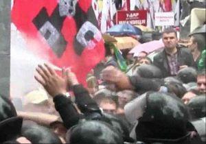 МВД проанализировало видео: Неизвестное вещество распылили в сторону сотрудников милиции