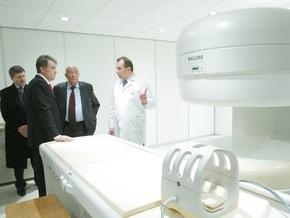 Ющенко посетил роддом, церковь и СПИД-центр