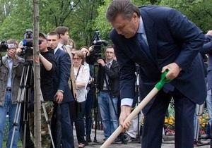 Фотогалерея: А на том берегу. Янукович посадил дерево на Русановской набережной