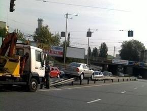 На улице Урицкого в Киеве автомобиль вылетел на отбойник и застрял