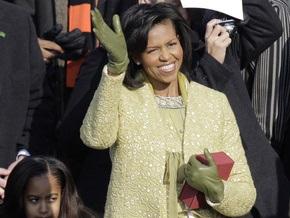 В день инаугурации мужа Мишель Обама одета в платье-футляр золотого цвета