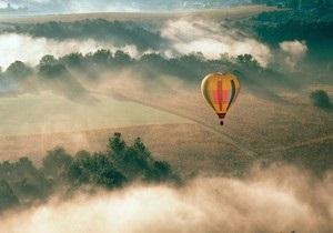 В России два воздушных шара сбились с маршрута и сели в болото