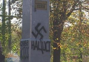 В Бердичеве на памятнике Ленину написали Слава Гитлеру и нецензурное слово