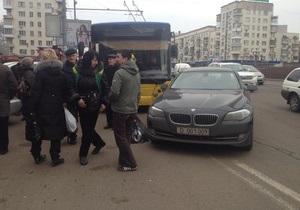 Из-за неправильной парковки авто российских дипломатов в центре Киева образовалась пробка из троллейбусов
