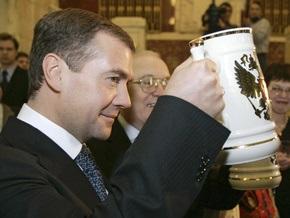 Медведев потребовал разливать пиво и коктейли только в тару по 0,3 литра