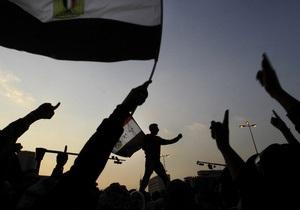 В центре Каира собирается многотысячная демонстрация. Полиция защищает здание МВД
