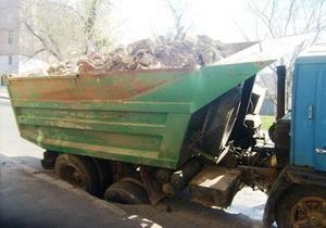 В Одессе под грузовиком провалился асфальт