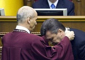 Янукович наградил орденом экс-главу Конституционного суда