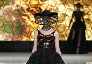 Фотогалерея: Модели-пчеловоды и эскалаторы-подиумы. Итоги Недели моды в Париже