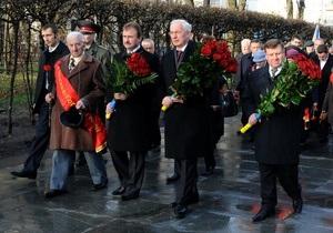 Азаров возложил цветы к Могиле неизвестного солдата