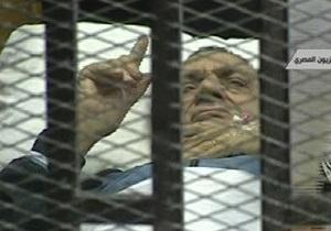 Суд над Мубараком: Сторонники и противники  экс-президента забросали друг друга камнями