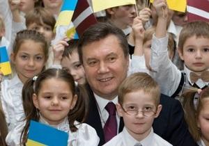 Янукович предложил в два раза увеличить помощь при рождении ребенка