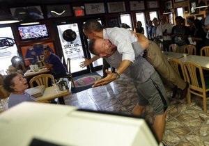 Горячий прием: Владелец пиццерии обнял и поднял Обаму