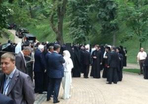 Крещение Руси - На Владимирской горке завершился молебен, в ходе которого чуть не произошла стычка между милицией и паломниками