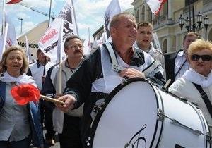 Десятки тысяч поляков потребовали поднять минимальную зарплату, составляющую $500