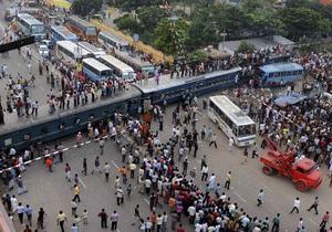В Бангладеш поезд протаранил два автобуса: семь человек погибли