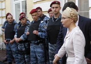 Тимошенко посадили в автозак. Около ста беркутовцев отталкивают ее сторонников